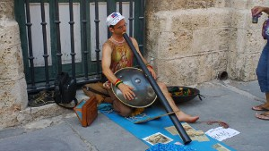El comandante Krishna tocando en las calles de La Habana. 